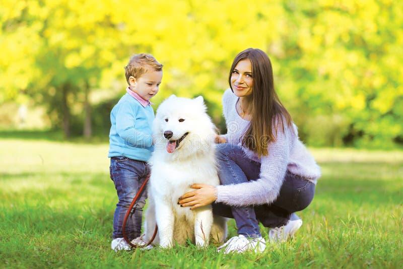 Οικογένεια, ελεύθερος χρόνος και έννοια ανθρώπων - μητέρα και παιδί που περπατούν τα WI στοκ εικόνα