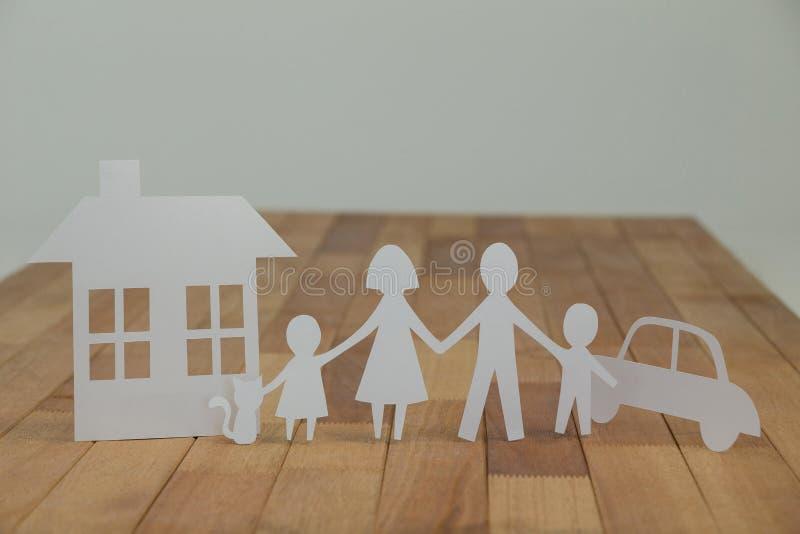 Οικογένεια διακοπής εγγράφου με το σπίτι και το αυτοκίνητο στοκ φωτογραφίες με δικαίωμα ελεύθερης χρήσης