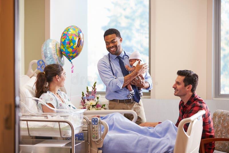 Οικογένεια και γιατρός με το μωρό στο μετα γενέθλιο τμήμα στοκ φωτογραφία