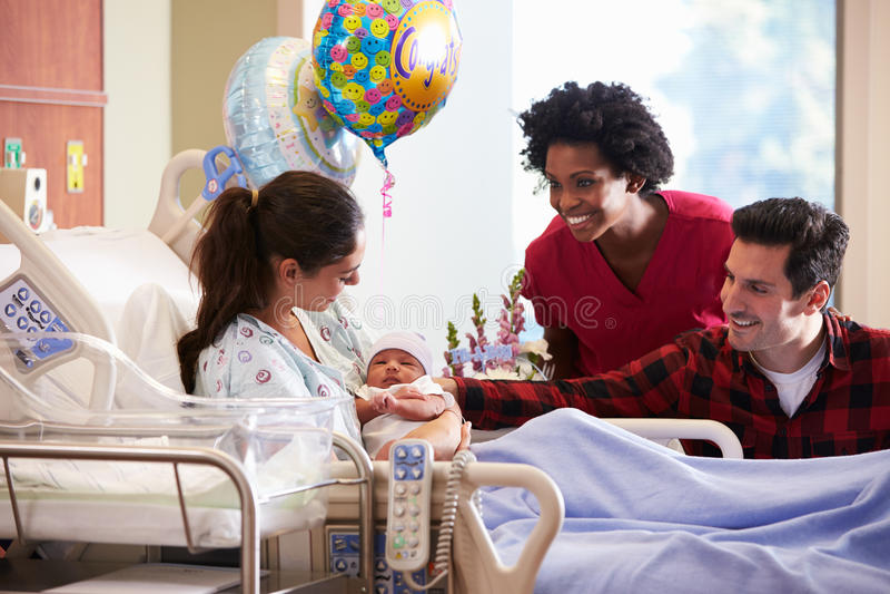 Οικογένεια και νοσοκόμα με νέο - γεννημένο μωρό στο μετα γενέθλιο τμήμα στοκ φωτογραφία με δικαίωμα ελεύθερης χρήσης