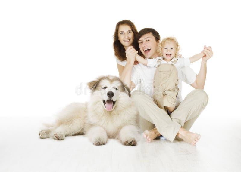 Οικογένεια και σκυλί, ευτυχής χαμογελώντας μητέρα πατέρων και γελώντας παιδί
