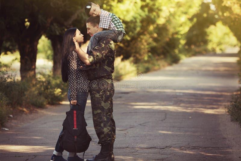 Οικογένεια και στρατιώτης σε μια στρατιωτική στολή στοκ εικόνα