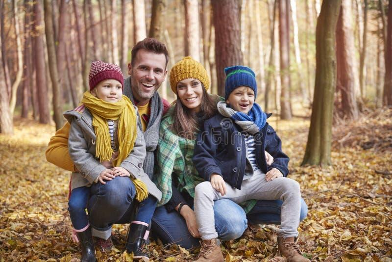 Οικογένεια κατά τη διάρκεια του φθινοπώρου στοκ εικόνες με δικαίωμα ελεύθερης χρήσης