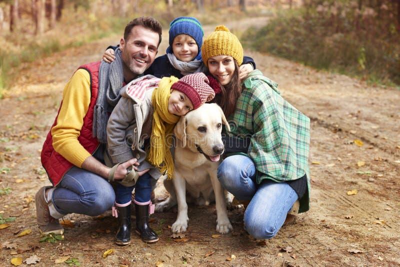 Οικογένεια κατά τη διάρκεια του φθινοπώρου στοκ εικόνες