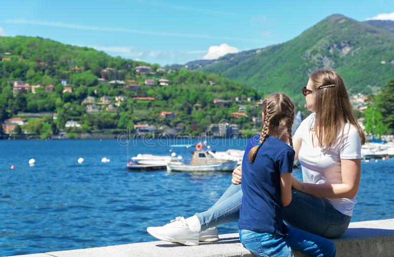 Οικογένεια κοντά στη λίμνη στοκ φωτογραφίες