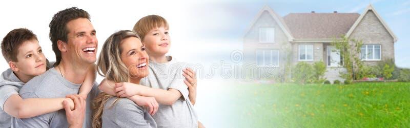 Οικογένεια κοντά στο καινούργιο σπίτι στοκ φωτογραφία με δικαίωμα ελεύθερης χρήσης