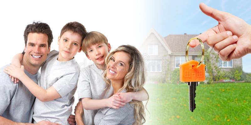 Οικογένεια κοντά στο καινούργιο σπίτι στοκ εικόνα