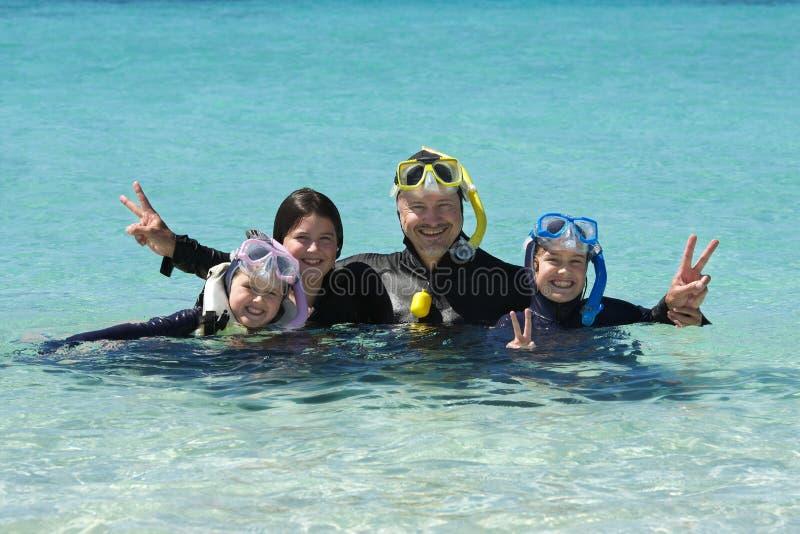 Οικογένεια κολύμβησης με αναπνευστήρα στοκ φωτογραφία