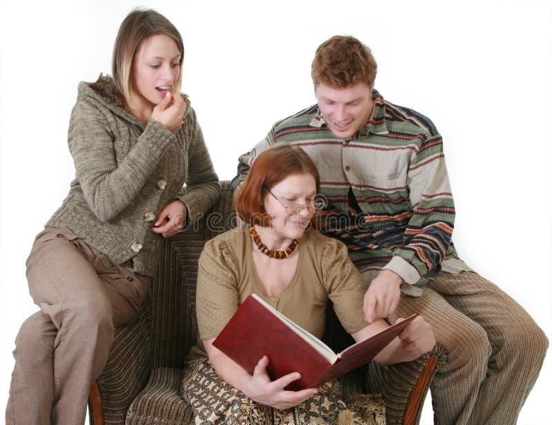 οικογένεια λευκωμάτων που φαίνεται φωτογραφία στοκ φωτογραφία με δικαίωμα ελεύθερης χρήσης
