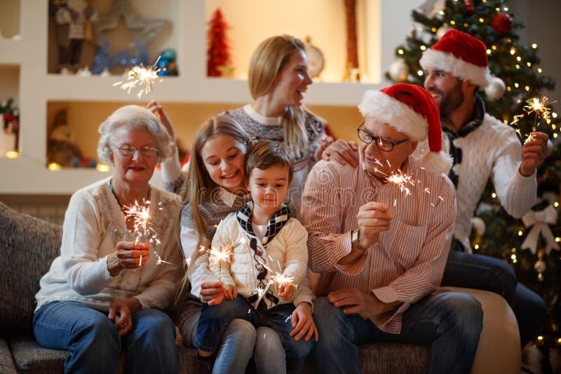 Οικογένεια μαζί με τα σπινθηρίσματα για το νέο έτος στοκ φωτογραφίες με δικαίωμα ελεύθερης χρήσης