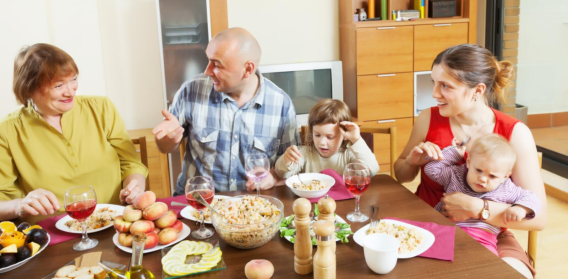 οικογένεια μαζί πέρα από να δειπνήσει τον πίνακα στοκ φωτογραφία με δικαίωμα ελεύθερης χρήσης