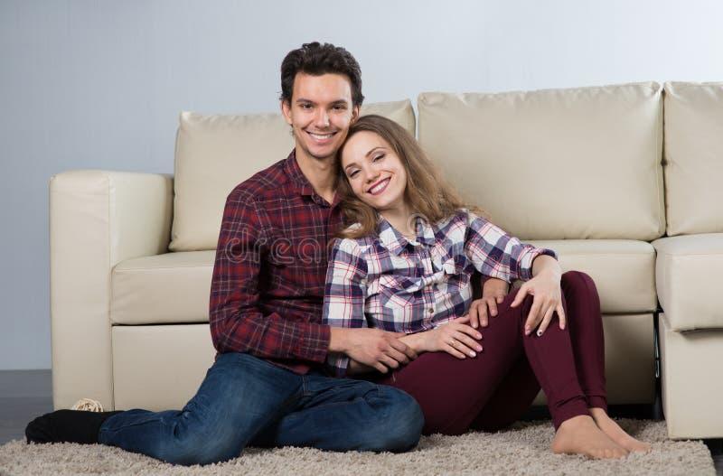Οικογένεια με ένα μωρό σε ένα δωμάτιο με έναν καναπέ στοκ φωτογραφία
