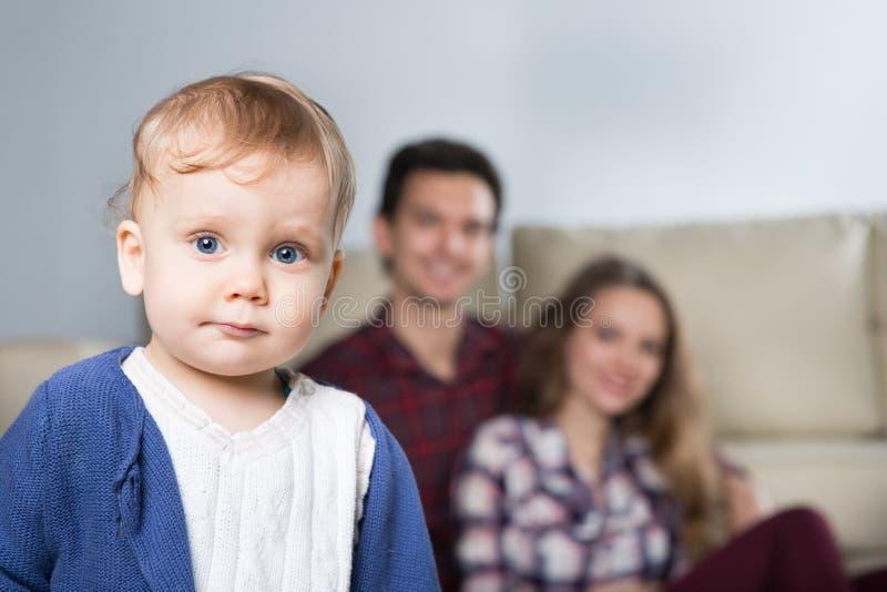 Οικογένεια με ένα μωρό σε ένα δωμάτιο με έναν καναπέ στοκ φωτογραφία με δικαίωμα ελεύθερης χρήσης
