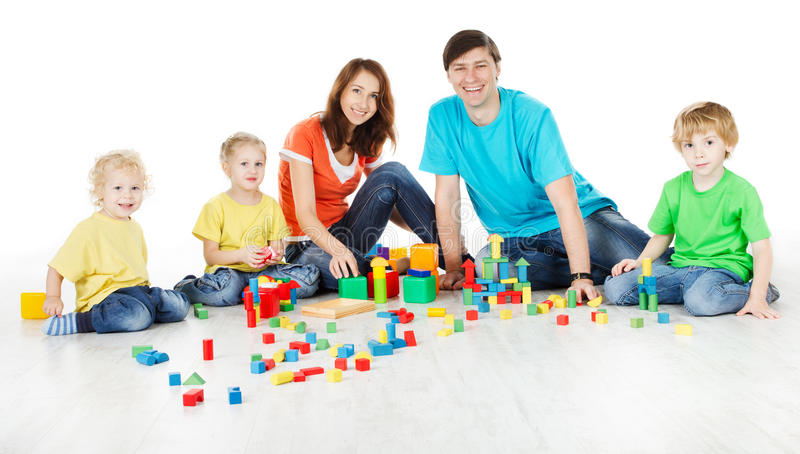 οικογένεια με τα κατσίκια που παίζει τις ομάδες δεδομένων παιχνιδιών στοκ εικόνα με δικαίωμα ελεύθερης χρήσης