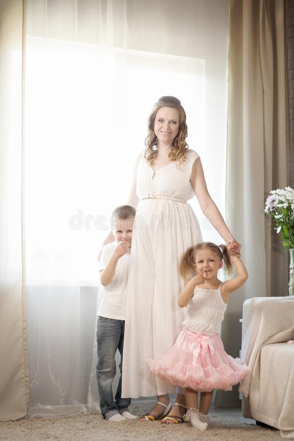 Οικογένεια με τα παιδιά και μια έγκυο μητέρα στοκ φωτογραφία
