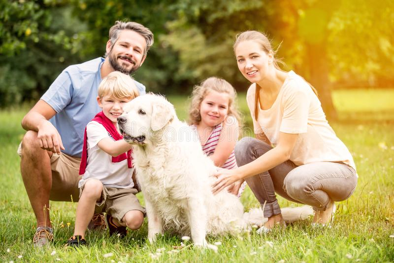 Οικογένεια με τα παιδιά και το σκυλί στοκ φωτογραφίες