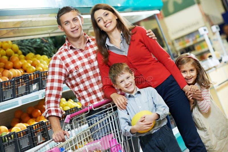 Οικογένεια με τα φρούτα αγορών παιδιών στοκ εικόνες με δικαίωμα ελεύθερης χρήσης