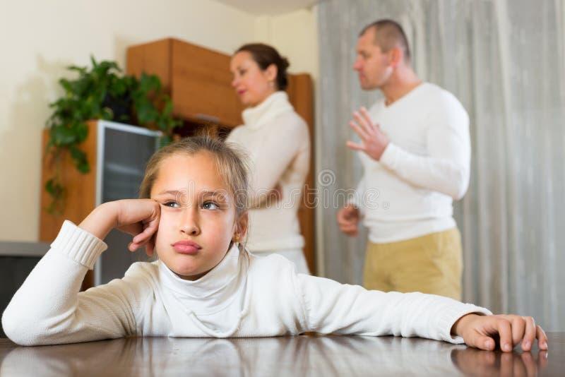 Οικογένεια με την κόρη που έχει τη σύγκρουση στοκ φωτογραφία