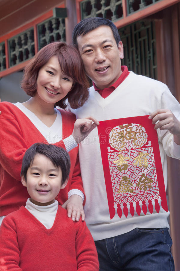 Οικογένεια με τη διακοπή παραδοσιακού κινέζικου στοκ εικόνα
