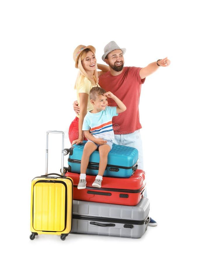 Οικογένεια με τις βαλίτσες στο άσπρο υπόβαθρο στοκ φωτογραφίες