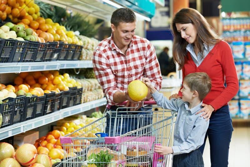 Οικογένεια με τους καρπούς αγορών παιδιών στοκ φωτογραφία με δικαίωμα ελεύθερης χρήσης