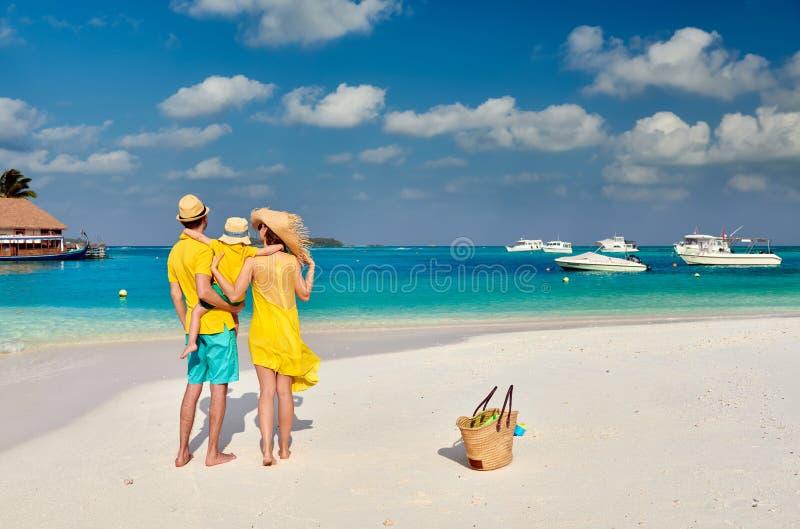 Οικογένεια με το αγόρι τριάχρονων παιδιών στην παραλία στοκ φωτογραφία