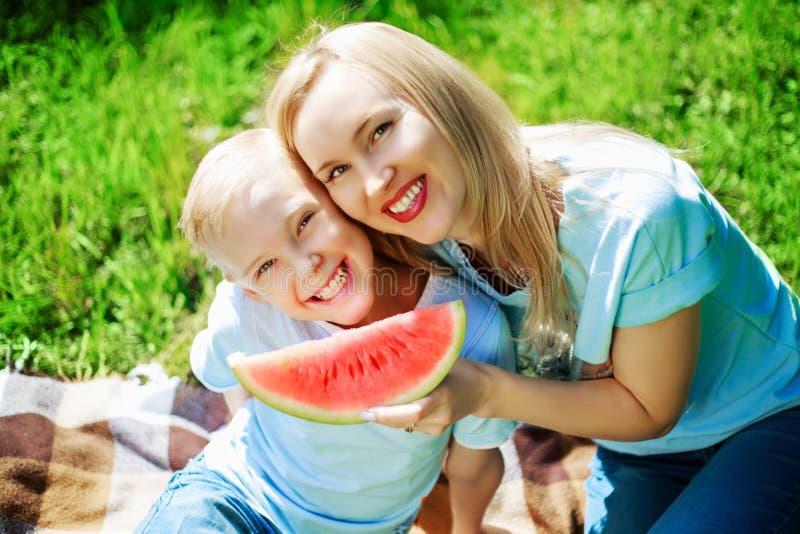 Οικογένεια με το καρπούζι στοκ φωτογραφίες με δικαίωμα ελεύθερης χρήσης