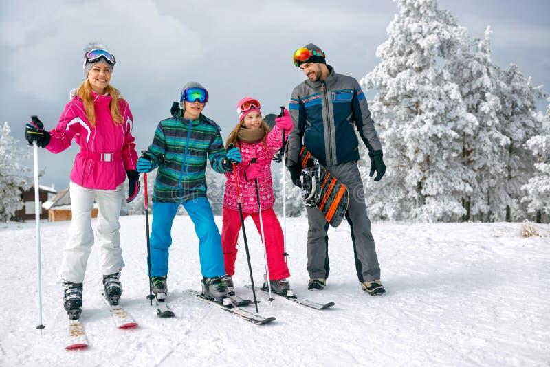 Οικογένεια με το σκι και σνόουμπορντ στις διακοπές σκι στα βουνά στοκ φωτογραφίες με δικαίωμα ελεύθερης χρήσης