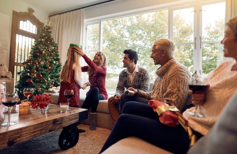 Οικογένεια με το φεστιβάλ Χριστουγέννων εορτασμού μικρών κοριτσιών στο σπίτι στοκ φωτογραφία