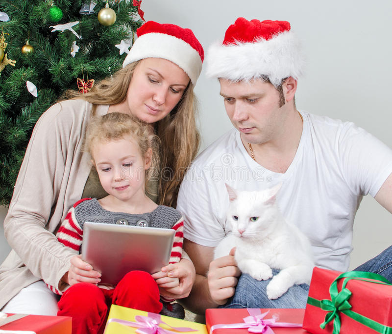 Οικογένεια με το PC ταμπλετών στοκ φωτογραφίες με δικαίωμα ελεύθερης χρήσης