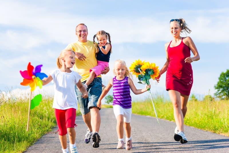 Οικογένεια με τρία παιδιά στοκ εικόνα