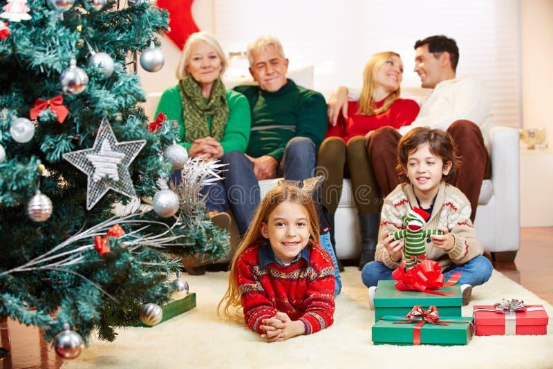 Οικογένεια με τρεις γενεές στη Παραμονή Χριστουγέννων στοκ φωτογραφία με δικαίωμα ελεύθερης χρήσης