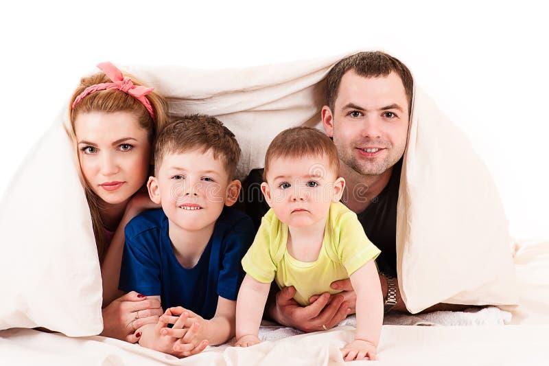 Οικογένεια με δύο παιδιά στοκ φωτογραφίες με δικαίωμα ελεύθερης χρήσης