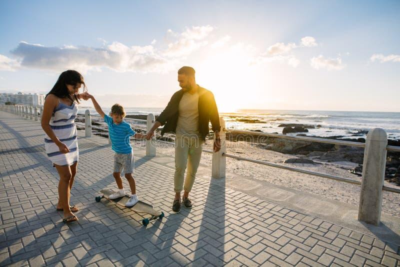 Οικογένεια μια ημέρα έξω κοντά στη θάλασσα στοκ εικόνα