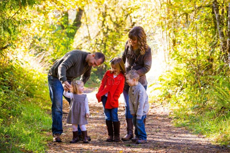 Οικογένεια πέντε υπαίθρια στοκ εικόνα