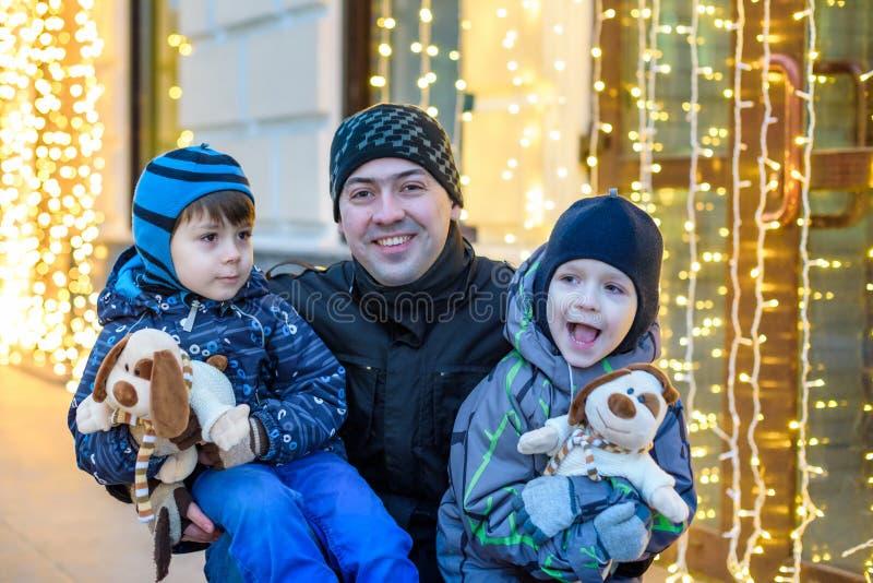 Οικογένεια, παιδική ηλικία, εποχή και έννοια ανθρώπων - ευτυχείς το χειμώνα γ στοκ εικόνες