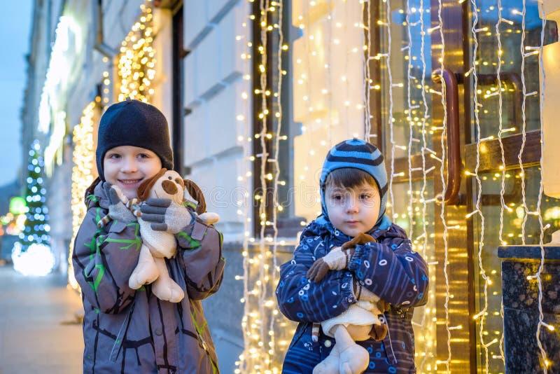 Οικογένεια, παιδική ηλικία, εποχή και έννοια ανθρώπων - ευτυχείς το χειμώνα γ στοκ φωτογραφίες