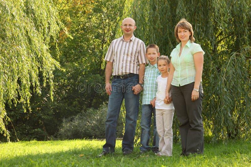 οικογένεια παιδιών κοντά & στοκ εικόνες