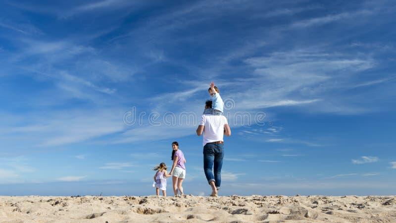 οικογένεια παραλιών στοκ φωτογραφίες με δικαίωμα ελεύθερης χρήσης
