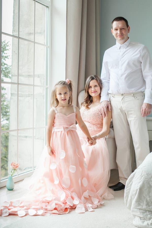 Οικογένεια Πορτρέτο του ευτυχών παιδιού, της μητέρας και του πατέρα στοκ εικόνες