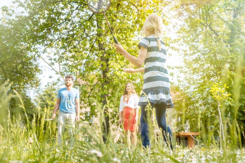 Οικογένεια που έχει τα παίζοντας αθλητικά παιχνίδια διασκέδασης στοκ εικόνα με δικαίωμα ελεύθερης χρήσης