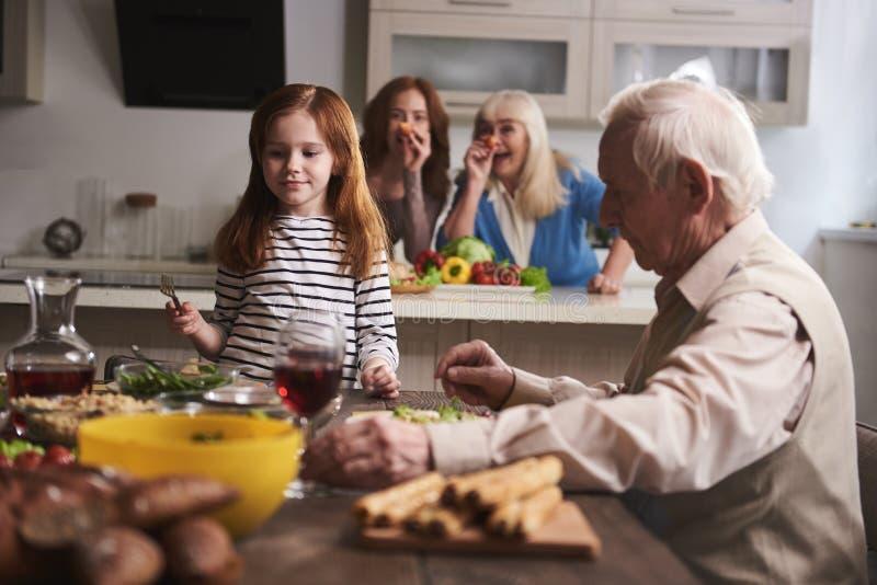 Οικογένεια που έχει τη διασκέδαση κατά τη διάρκεια του γεύματος στοκ φωτογραφία