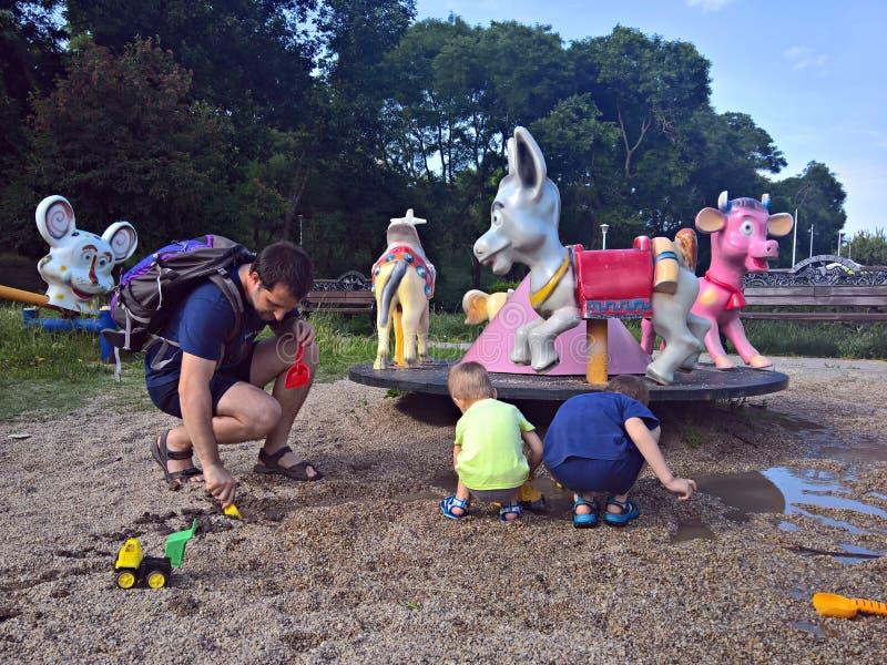 Οικογένεια που έχει τη διασκέδαση στην παιδική χαρά στοκ εικόνα με δικαίωμα ελεύθερης χρήσης
