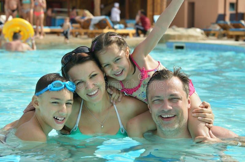 Οικογένεια που έχει τη διασκέδαση στη λίμνη στοκ εικόνα