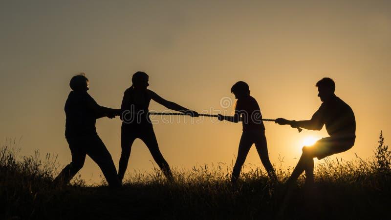 Οικογένεια που έχει τη διασκέδαση στη φύση - παίζοντας σύγκρουση στοκ φωτογραφία με δικαίωμα ελεύθερης χρήσης