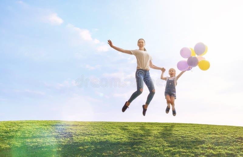 Οικογένεια που έχει τη διασκέδαση στη φύση στοκ φωτογραφία με δικαίωμα ελεύθερης χρήσης