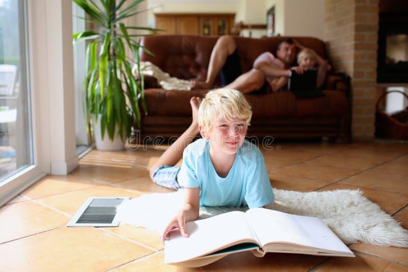 Οικογένεια που έχει τον ποιοτικό χρόνο στο σπίτι στοκ εικόνες
