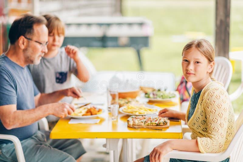 Οικογένεια που έχει το μεσημεριανό γεύμα έξω σε ένα πεζούλι στοκ φωτογραφίες με δικαίωμα ελεύθερης χρήσης