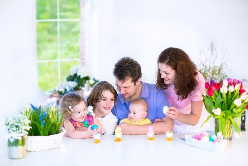 Οικογένεια που έχει το πρόγευμα την ημέρα Πάσχας στοκ εικόνες