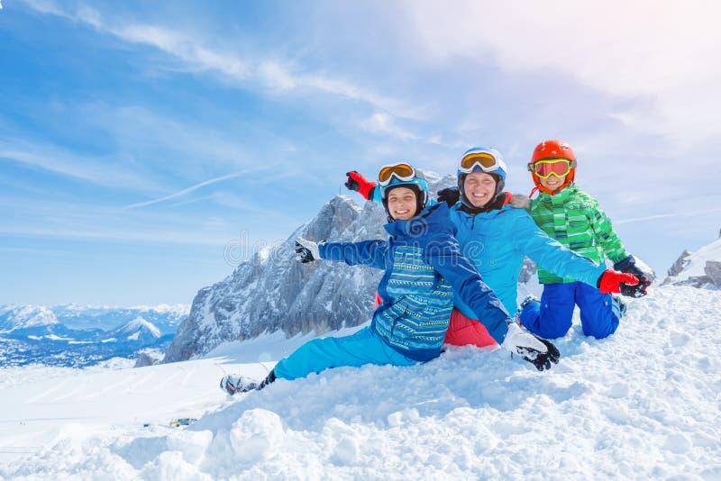 Οικογένεια που απολαμβάνει τις χειμερινές διακοπές στοκ φωτογραφίες